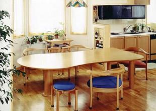 くつろぎやすい低めのダイニングテーブル