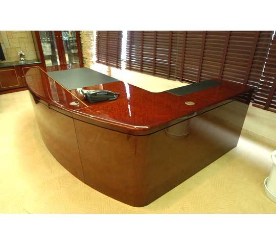 神奈川の家具屋が作る本磨き鏡面塗装のデスクのオーダー家具