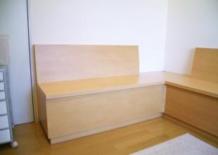 シンプルなデザインのベンチ収納