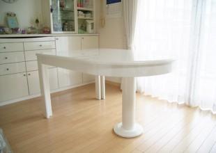 白鏡面塗装の伸縮テーブル