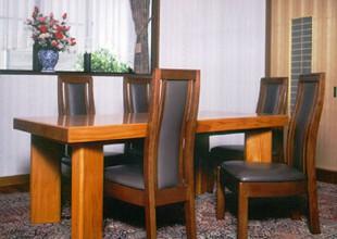 旧宅の大黒柱を使用したダイニングテーブル