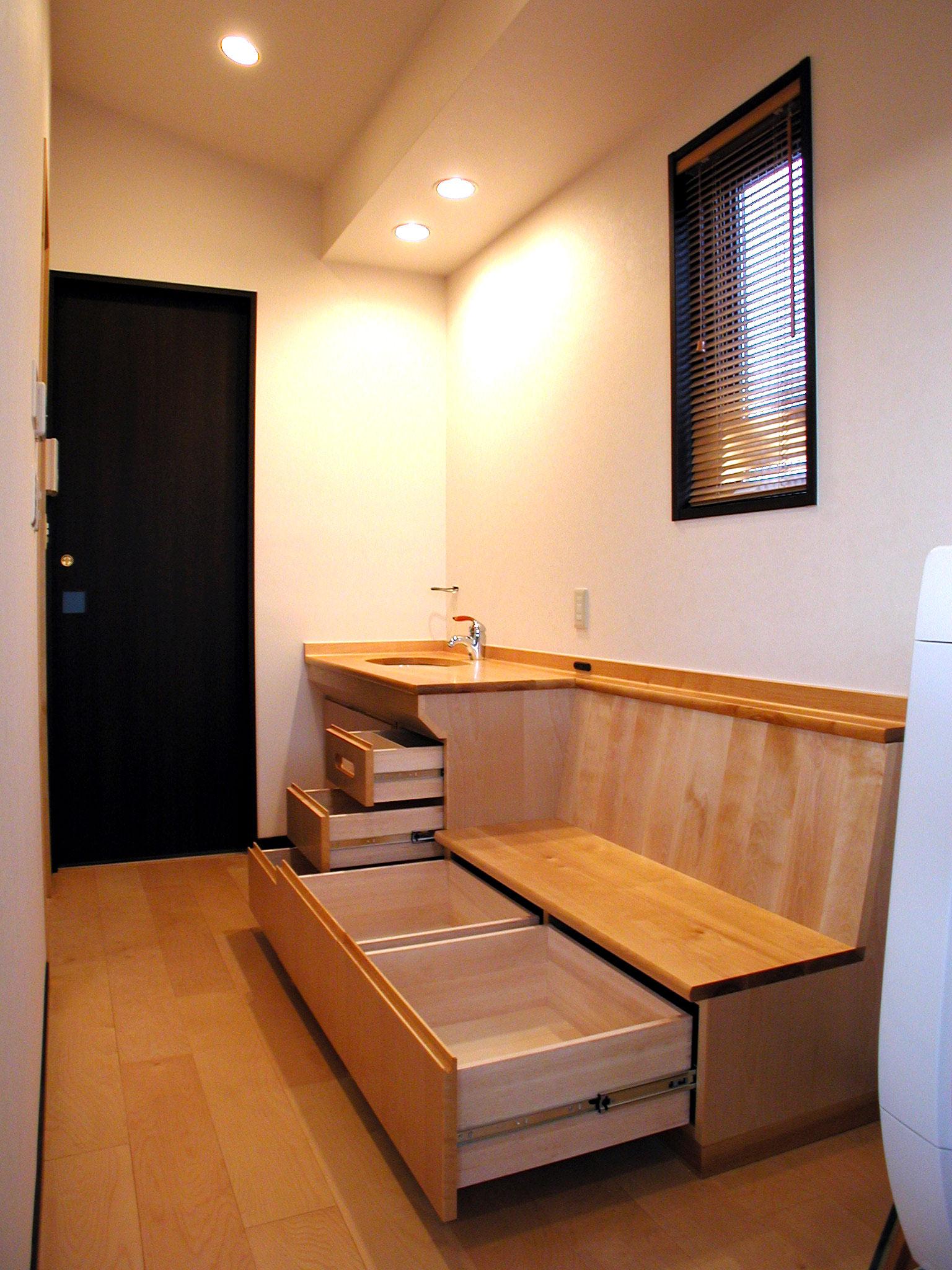 ホワイトバーチ材の腰掛付き洗面台[2]