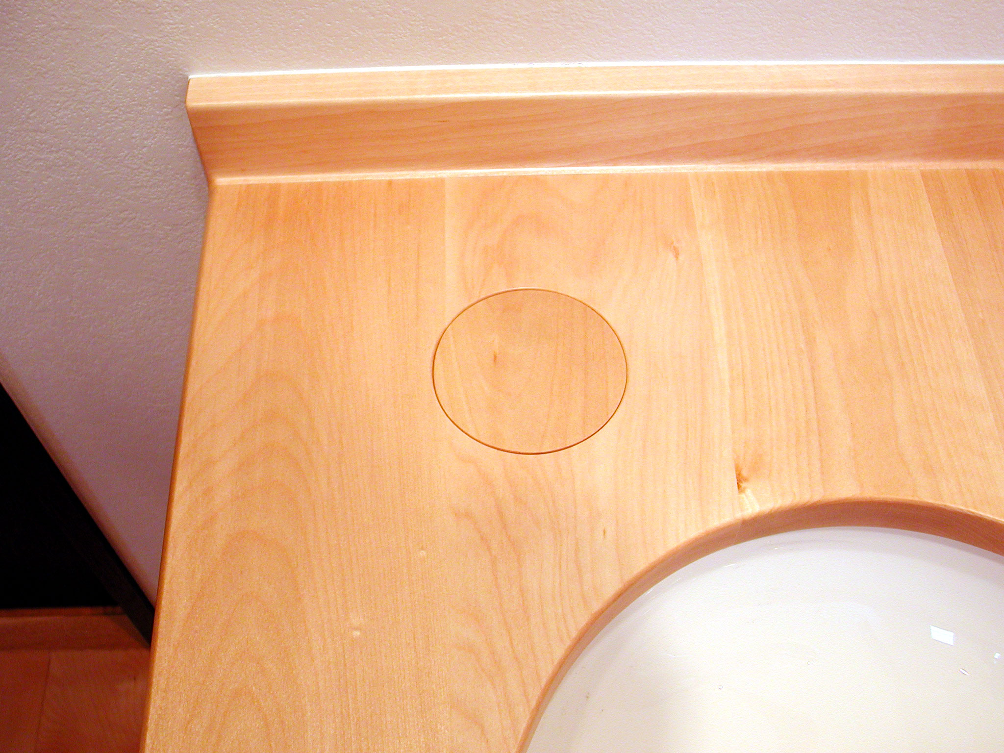 ホワイトバーチ材の腰掛付き洗面台[3]