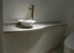洗面・トイレ収納 白で塗装した洗面台です