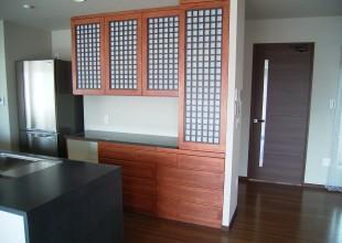 洋室との調和を図った食器棚