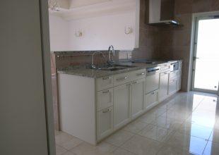 オーダー家具 白を強調し重厚感を意識した食器棚です。