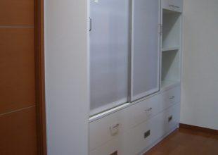 収納踏み台つき食器棚