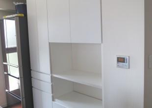 『白塗装の食器棚』