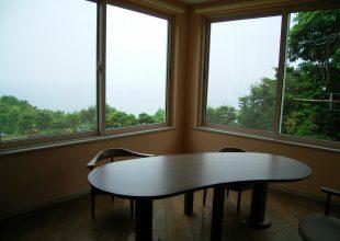 以前の仕事から、ピーナッツテーブルです。